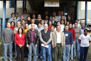 In the first line, from the left, LIEC professors. In the other lines, staff and students of the lab. Photo taken in 2004, at the Chemistry Department of UFSCar.