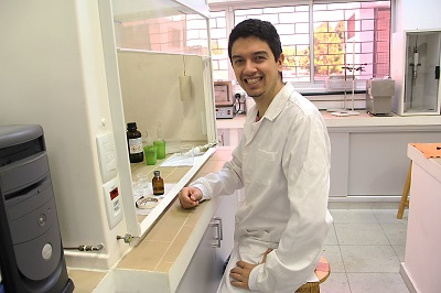 The doctoral student Leandro Hostert in the laboratory of the postgraduate program of chemistry of UFPR.